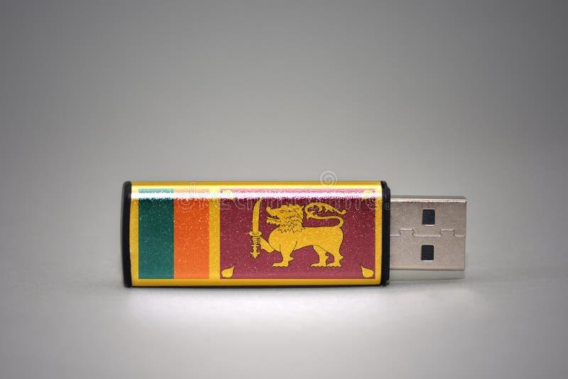 Usb与斯里兰卡的国旗的闪光驱动灰色背景的 库存照片