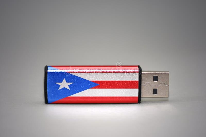Usb与波多黎各的国旗的闪光驱动灰色背景的 免版税库存图片