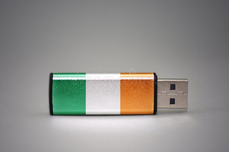 Usb与爱尔兰的国旗的闪光驱动灰色背景的 库存图片