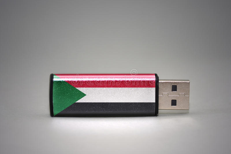 Usb与苏丹的国旗的闪光驱动灰色背景的 库存图片