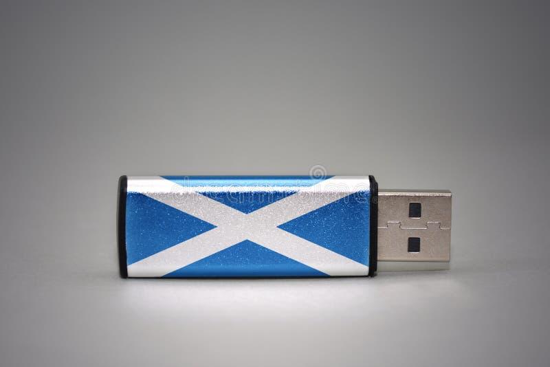 Usb与苏格兰的国旗的闪光驱动灰色背景的 免版税库存图片