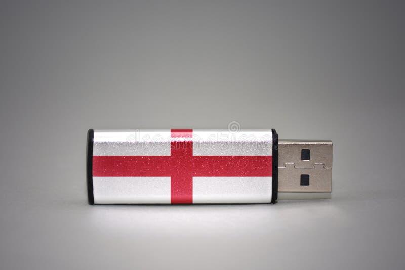 Usb与英国的国旗的闪光驱动灰色背景的 库存照片