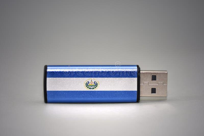 Usb与萨尔瓦多的国旗的闪光驱动灰色背景的 免版税库存图片
