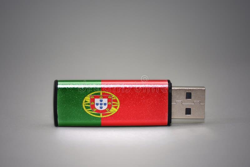Usb与葡萄牙的国旗的闪光驱动灰色背景的 库存图片