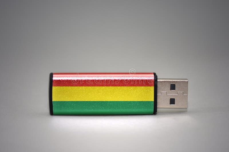 Usb与玻利维亚的国旗的闪光驱动灰色背景的 库存图片