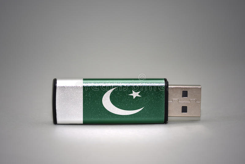 Usb与巴基斯坦的国旗的闪光驱动灰色背景的 图库摄影
