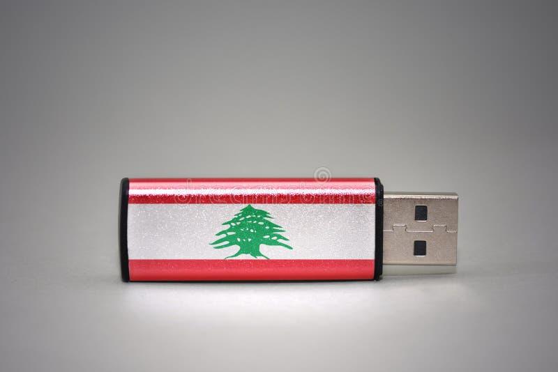 Usb与黎巴嫩的国旗的闪光驱动灰色背景的 免版税图库摄影