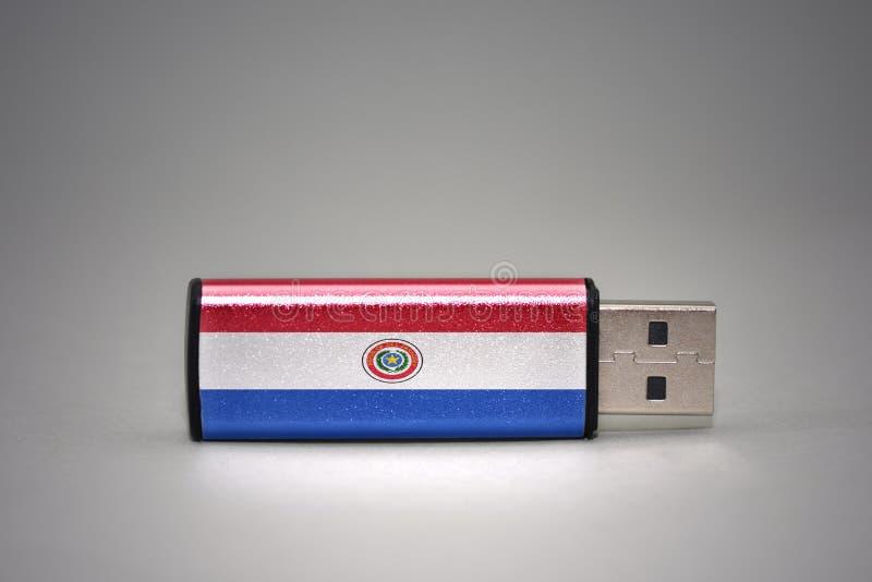 Usb与巴拉圭的国旗的闪光驱动灰色背景的 库存照片