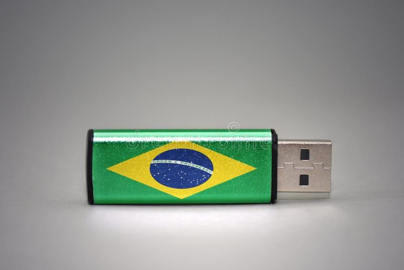 Usb与巴西的国旗的闪光驱动灰色背景的 图库摄影