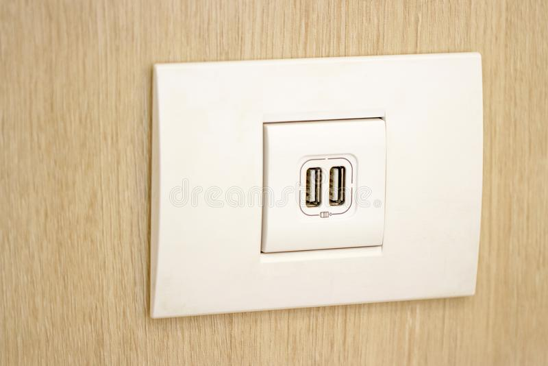 USB槽孔连接墙壁为充电 库存图片