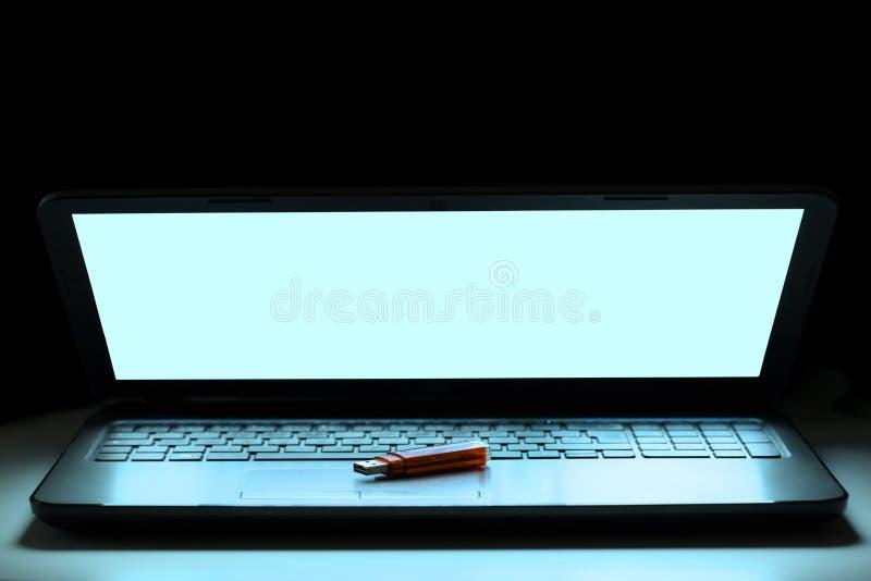 Usb笔一个键盘的推进基于有您的文本的拷贝空间的 免版税库存照片