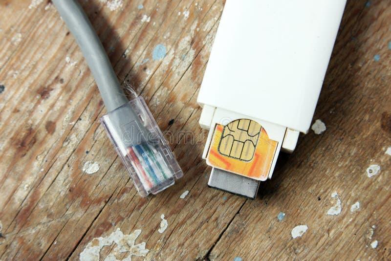 Usb调制解调器和互联网缆绳 免版税库存照片