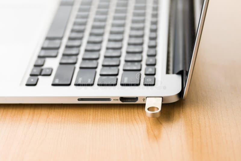 USB闪光推进棍子连接了到便携式计算机 免版税库存照片