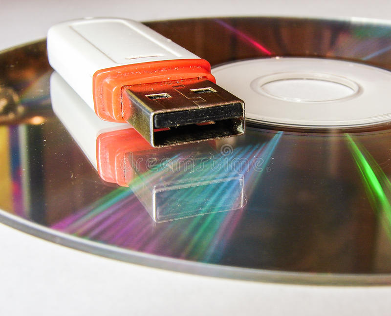 USB闪光驱动和CD 库存照片
