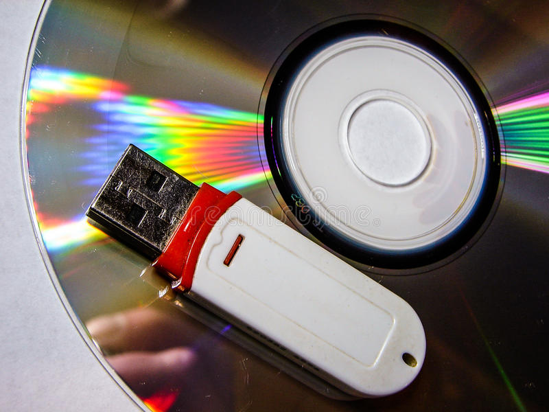USB闪光驱动和CD 免版税库存照片