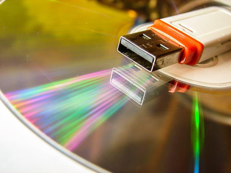 USB闪光驱动和CD 库存图片
