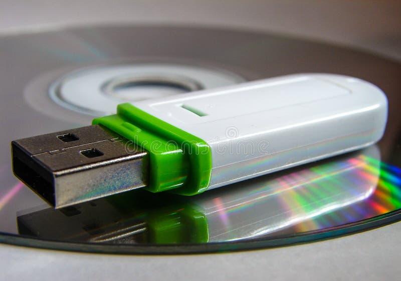 USB闪光驱动和CD 免版税库存图片