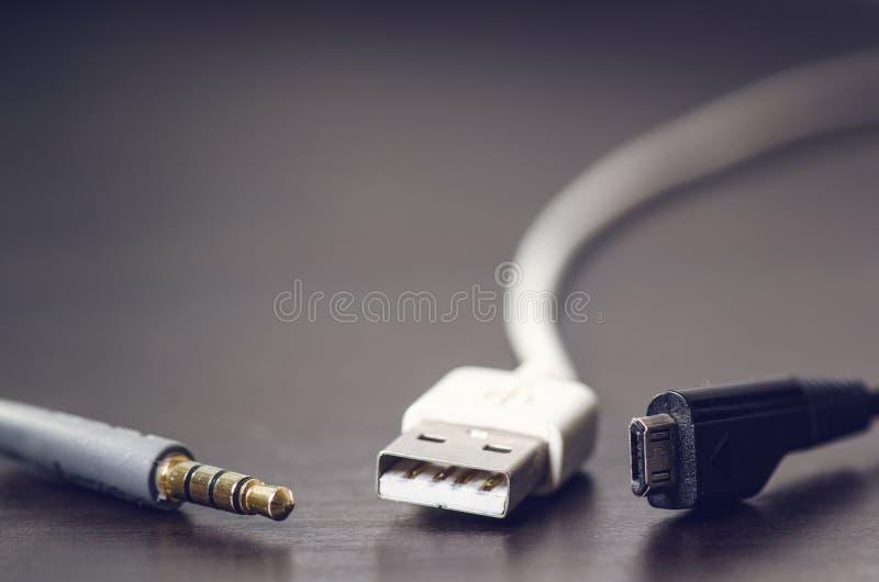 Usb,起重器,充电器在黑暗的背景缚住 背景电缆接头插孔立体声白色 技术 免版税库存照片