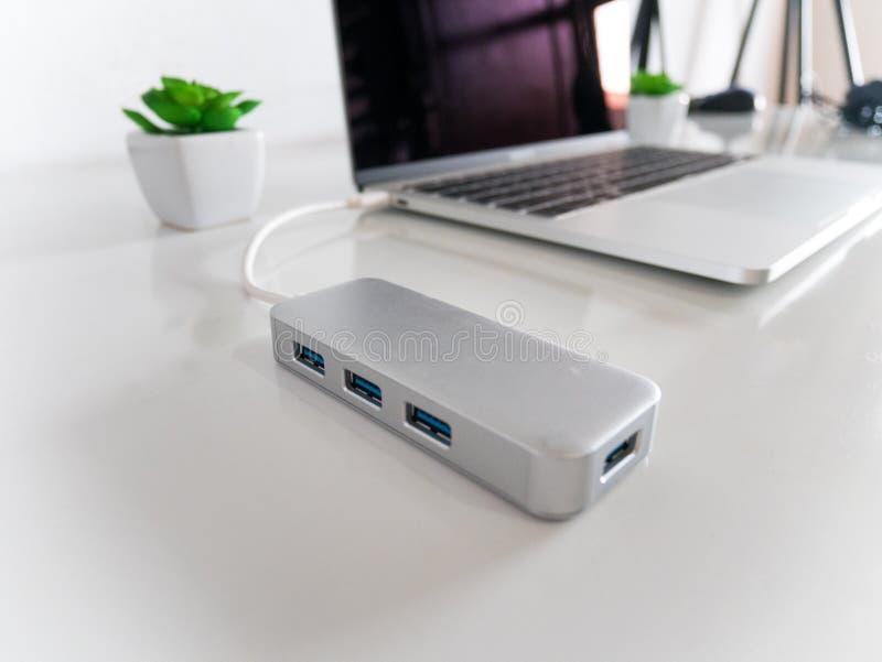 USB al tipo-c convertitore di USB dell'adattatore allegato al computer portatile fotografia stock libera da diritti