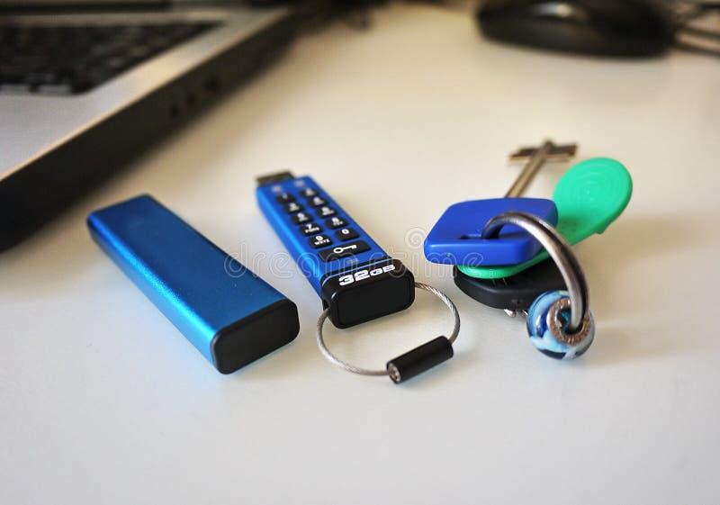 USB błysku przejażdżka przechować twój multimedii kartoteki i dane zdjęcie stock