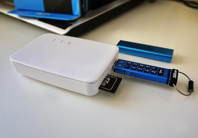 USB błysku przejażdżka przechować twój multimedii kartoteki i dane zdjęcia stock