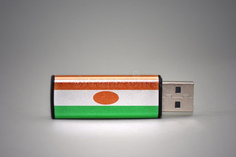 Usb błysku przejażdżka z flaga państowowa Niger na szarym tle zdjęcia royalty free