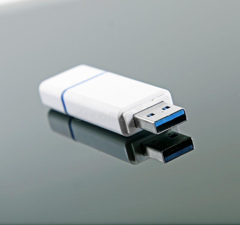 USB błysku przejażdżka z odbiciem na glansowanym tle obraz royalty free