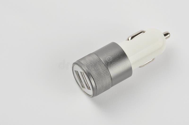 USB biladapter, telefonuppladdare på vit bakgrund arkivbild
