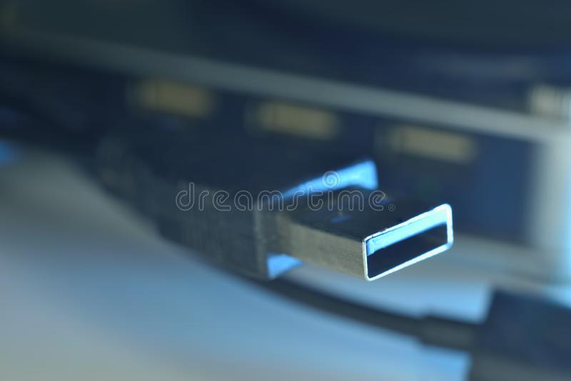 Usb bleu 3 connecteurs 0 sur le fil photos stock