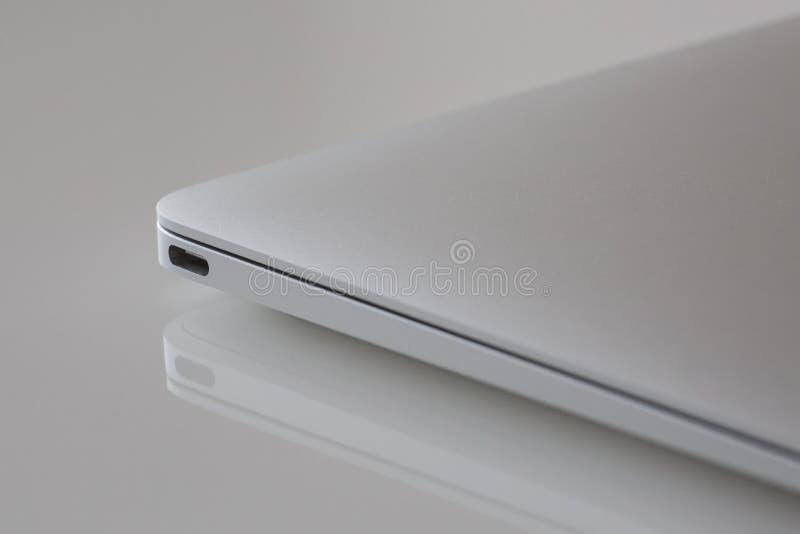 USB-C - MacBook 12' 1. GEN des Silbers stockfotografie