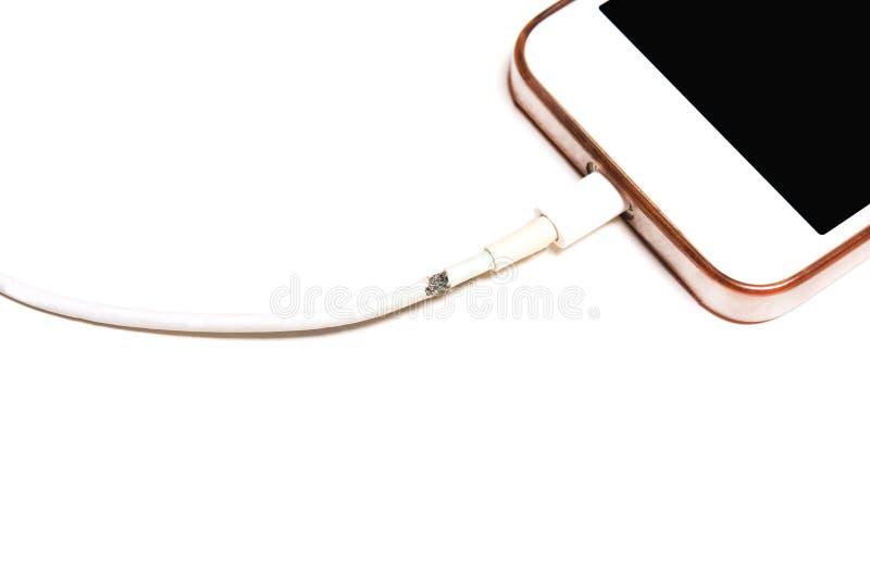 Usb dañado, rasgado del cable, cargador para el teléfono, smartphone fotografía de archivo libre de regalías