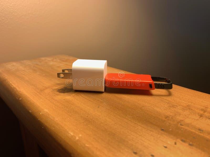 USB dans un chargeur images libres de droits