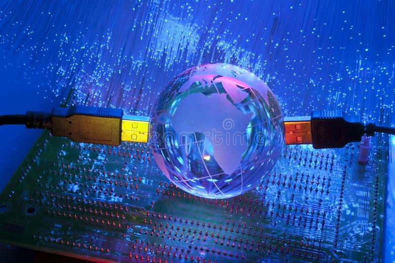 USB de la tecnología con el globo de la tierra imágenes de archivo libres de regalías