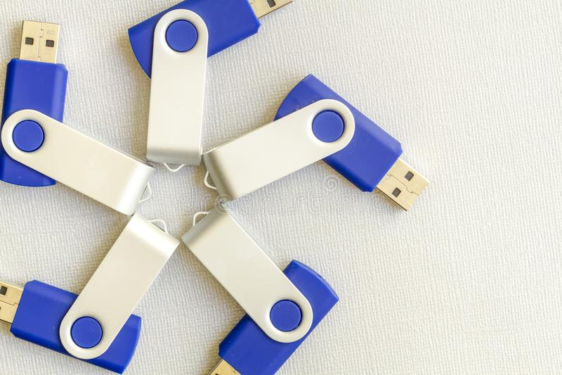 USB exponeringsdrev på grå bakgrund royaltyfria bilder