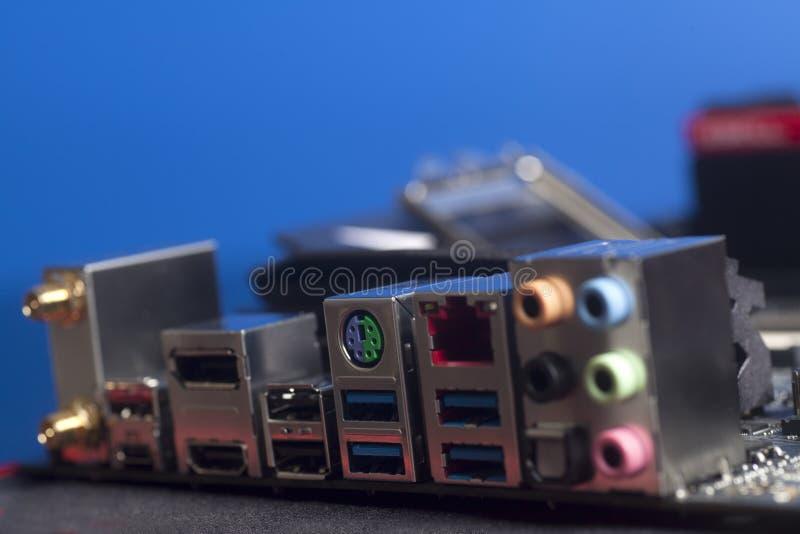 USB för bakpanel för datordel ljudsignal, Ethernetkontaktdon USB 3,0, HDMI på moderkortet på blått arkivfoton