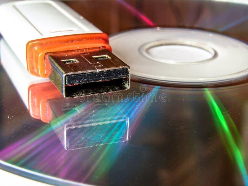 USB-flitsaandrijving en CD stock fotografie