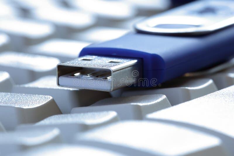 USB flitsaandrijving op laptop toetsenbord royalty-vrije stock foto's