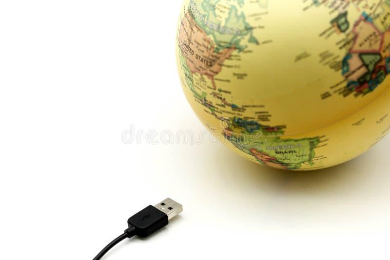 USB kablar med jordklotvärldskartan, förbindelse till jordklotbegreppet arkivfoto