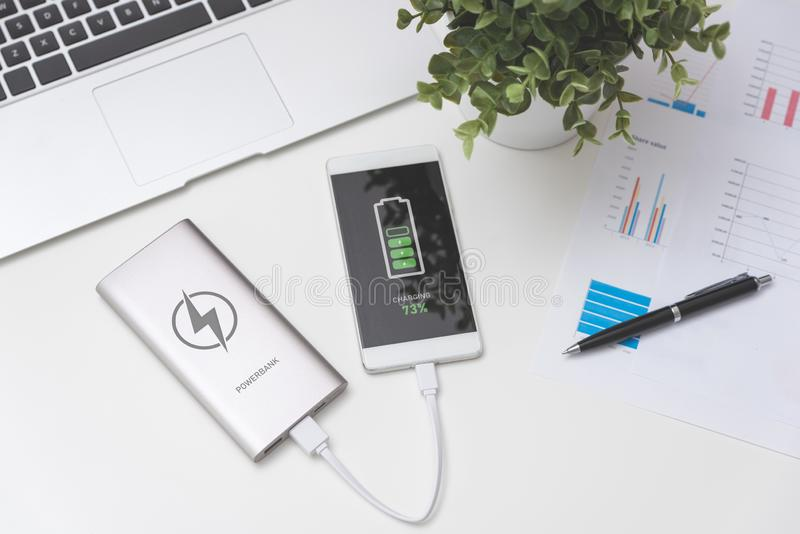 USB-Ladegerät angeschlossen zum intelligenten Telefon stockfotos