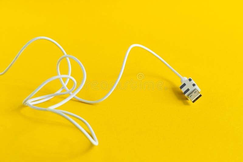 USB mikro kabel odizolowywający na żółtym tle fotografia royalty free