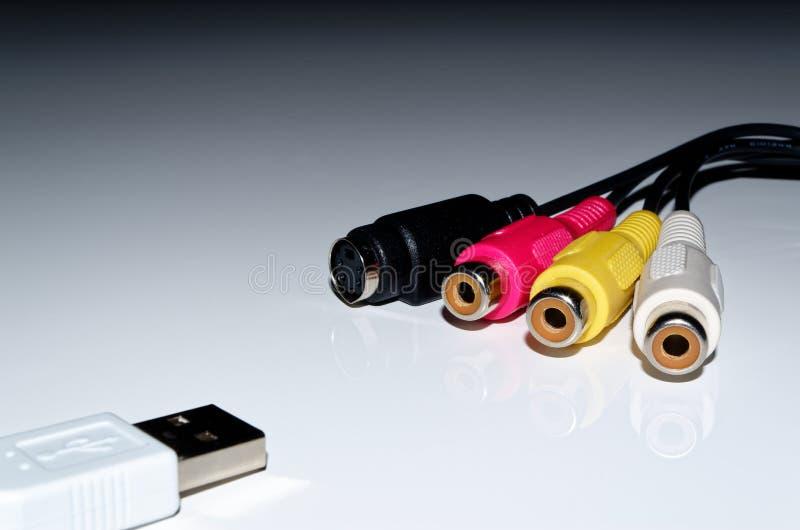 USB und Videokabelverbindungsstücke im Gegenteil von einander stockbilder