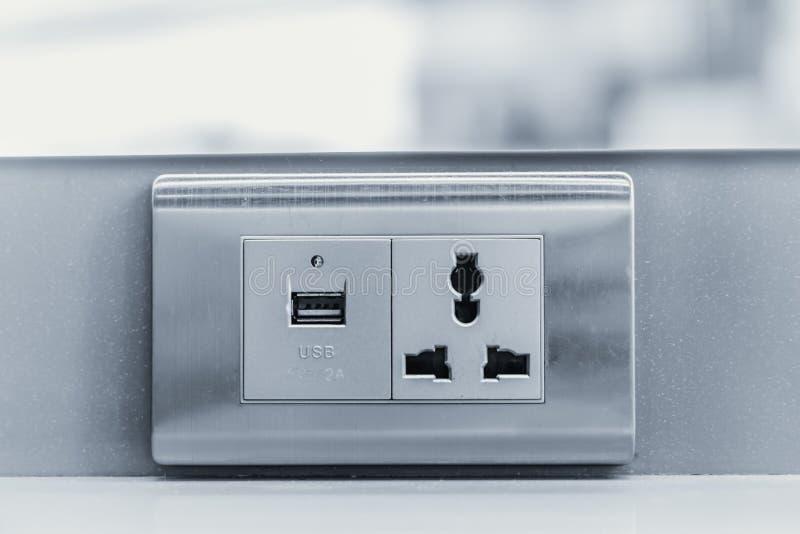 USB uppladdare med håligheten för propp för DC-AC-vägg arkivbild