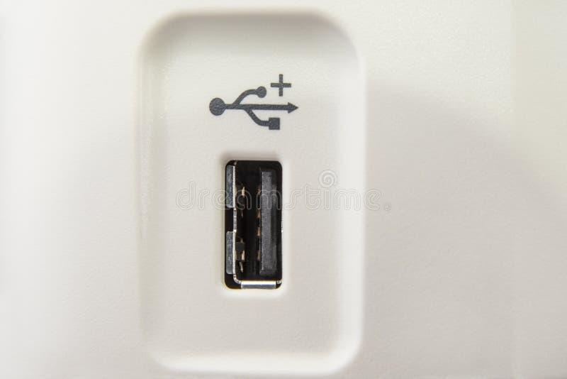 USB verstopfen herein auf einer Büromaschine im Detail stockfotos