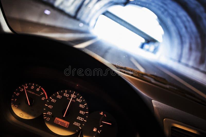 Uscendo di una strada scura del tunnel fotografia stock libera da diritti