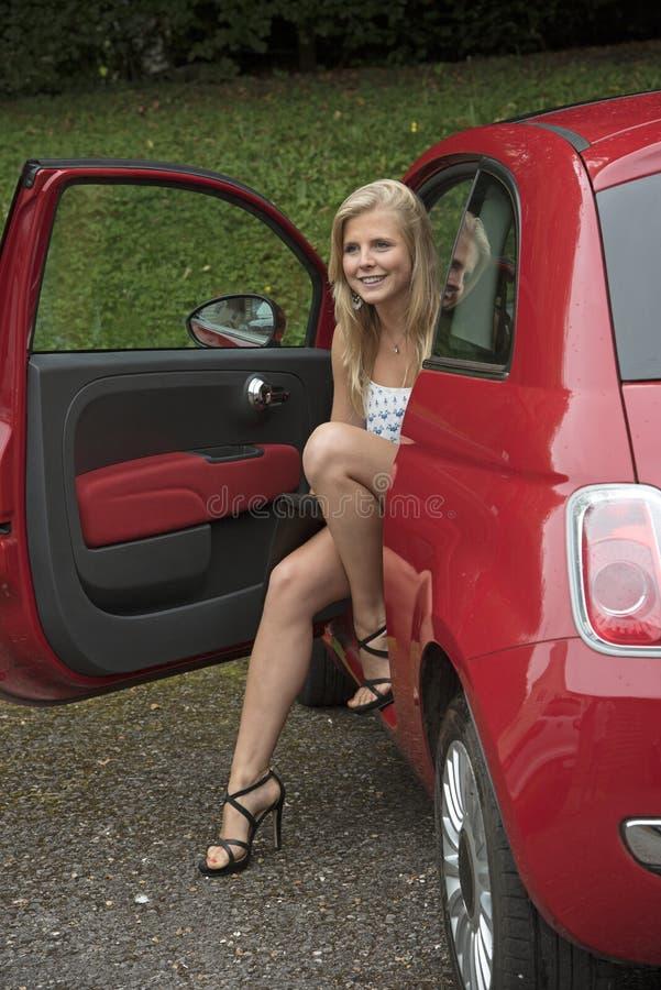 Uscire adolescente dell'autista della sua automobile fotografia stock libera da diritti