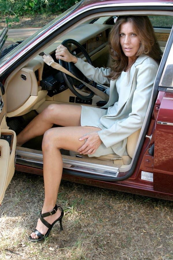 Uscire sexy della donna di affari dell'automobile 1 fotografie stock libere da diritti