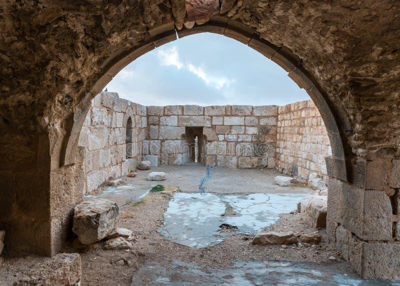 Uscita alla piattaforma con le scappatoie sulla torre d'angolo nella fortezza medievale Ash Shubak, stante su una collina vicino  fotografia stock