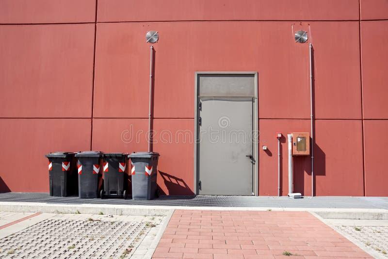 Uscita di sicurezza con il bidone della spazzatura a buiding industriale fotografia stock libera da diritti
