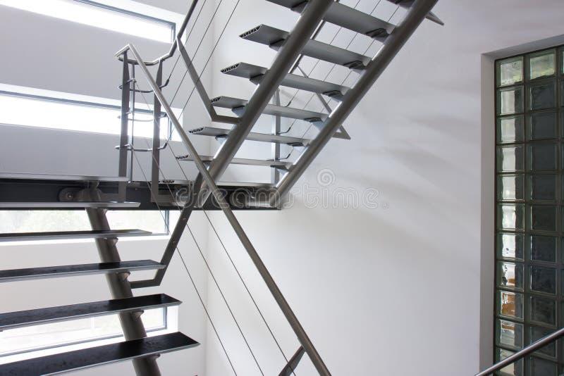 Uscita di sicurezza da un pozzo delle scale in una costruzione moderna fotografia stock