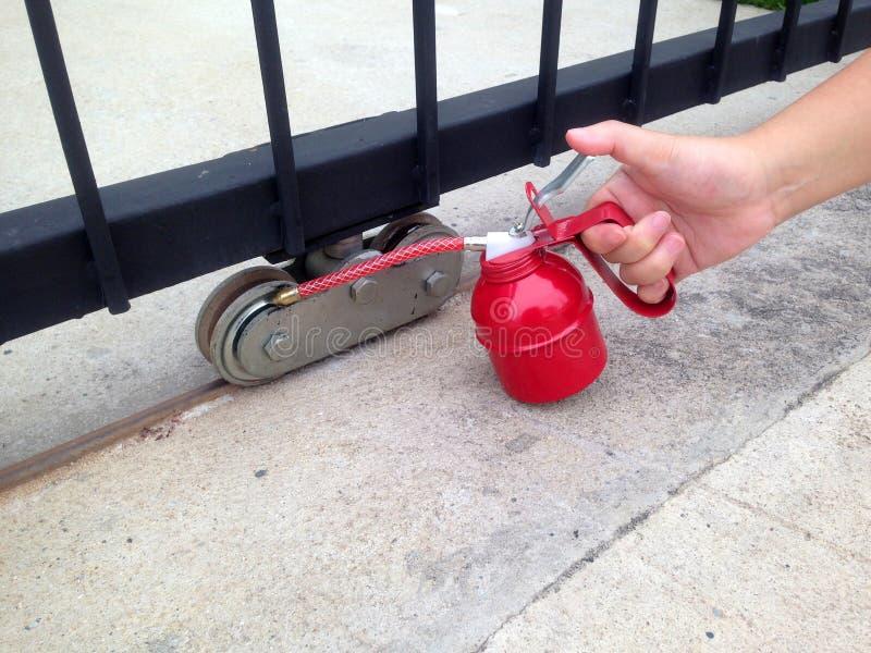 Use o lubrificador para lubrificar as rodas da porta fotografia de stock royalty free